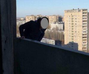 35-летнего тольяттинца сняли с балкона 16-го этажа благодаря курению