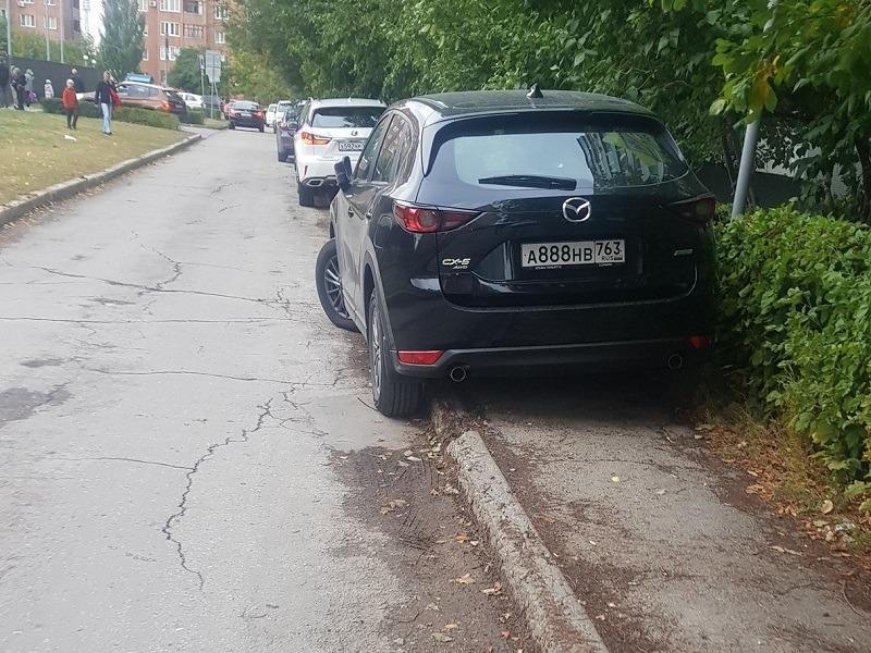 """На крутых номерах: дорогие иномарки безнаказанно паркуются на тротуаре возле ООЦ """"Школа"""""""