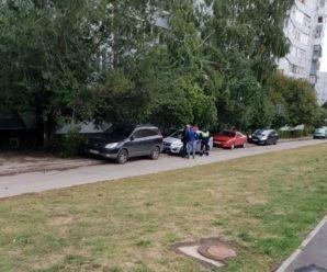 """ГИБДД Тольятти разогнала парковку на тротуаре у ООЦ """"Школа"""""""