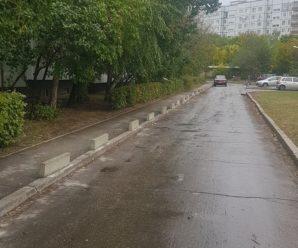 """Уперто паркующихся на тротуаре родителей учащихся ООЦ """"Школа"""" исправит лишь бетон?"""