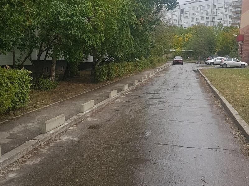 """Уперто паркующихся на тротуаре родителей ООЦ """"Школа"""" смог исправить лишь бетон"""