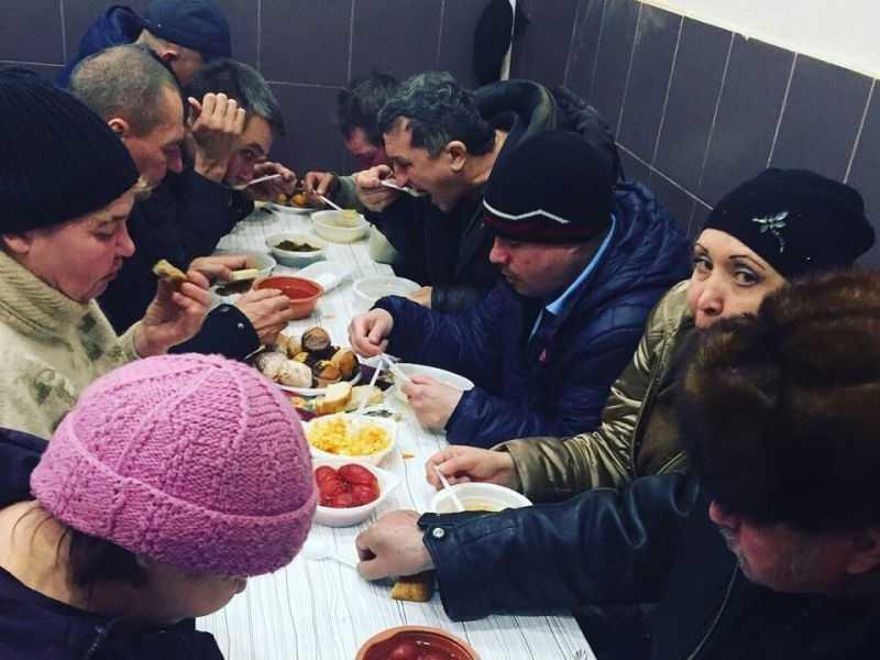На обращающихся за бесплатной едой тольяттинских бездомных предложили пахать