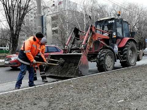 Летний режим уборки тольяттинских дорог раскритиковали за грязевую жижу у бордюров