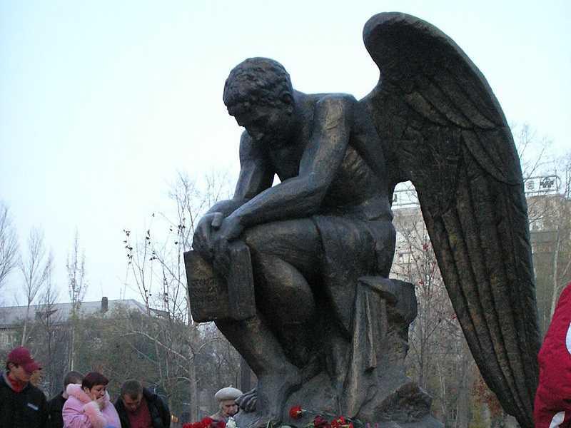 """Администрация Тольятти отказалась убирать информацию про 20 миллионов репрессированных от """"Скорбящего ангела"""""""