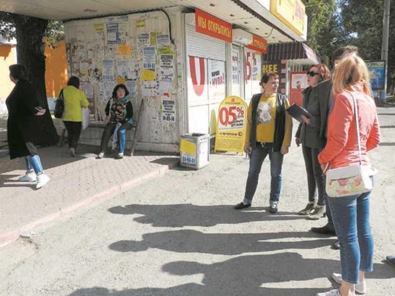 Власти Тольятти признали невозможность реальной борьбы с расклейкой объявлений на остановках