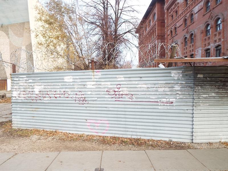 Колючую проволоку на заборе вокруг Поволжского православного института подняли на безопасную высоту