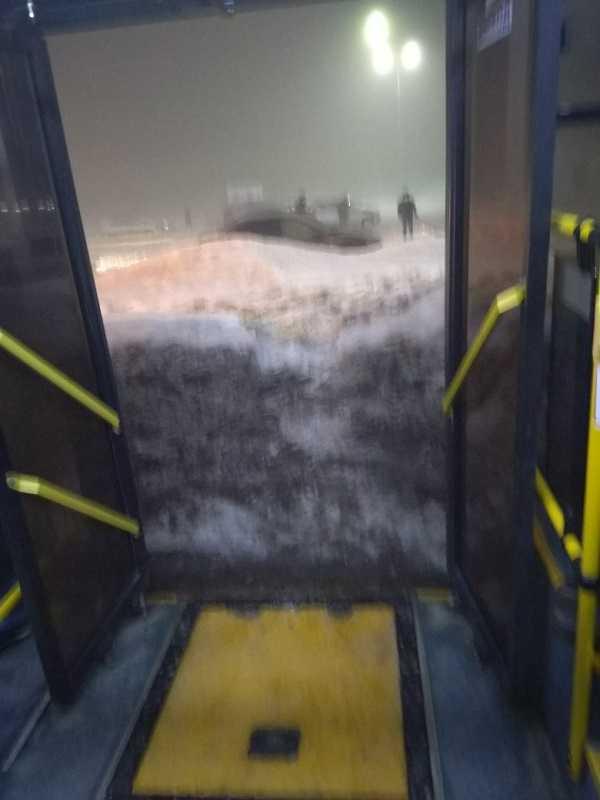 Уезжающие с родного завода вазовцы запрыгивают в автобусы со снежных гор (ФОТО)