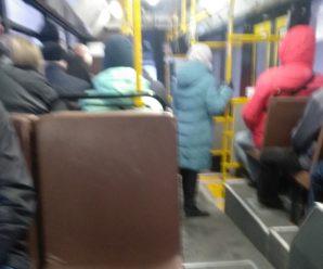 Вышедшие на работу вазовцы набиваются в автобусы и не могут помыться в душе