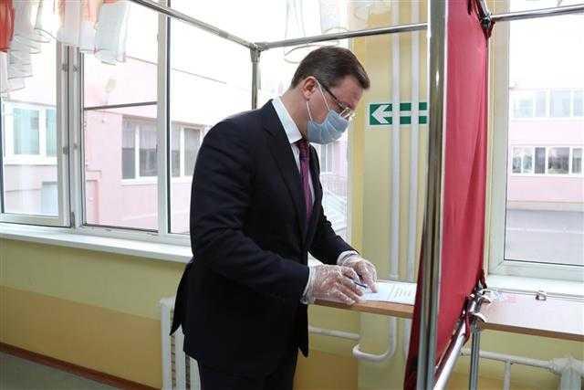 Проголосовавшие по Конституции глава Тольятти и губернатор Самарской области поразмышляли об абсолютной безопасности процесса и грядущих поколениях