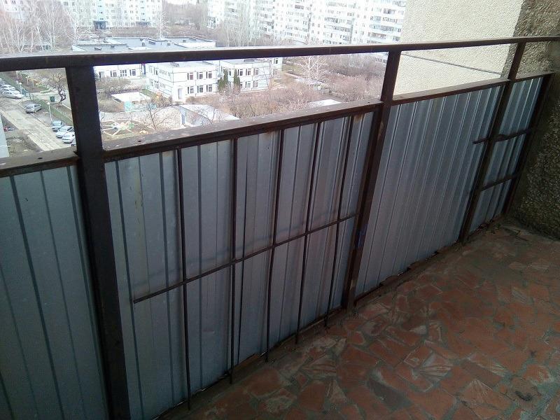 Ограждение общего балкона на Гая, 10 спланировало к земле