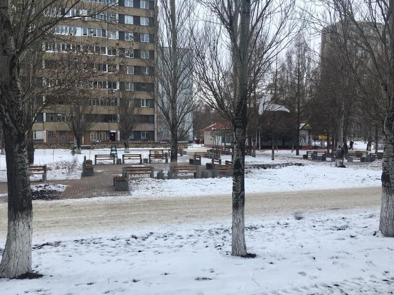 12-й квартал Автозаводского района тотально заставили уличными скамейками