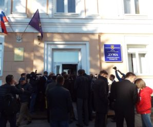 Николая Остудина высмеяли за стремление обвесить журналистов бейджиками