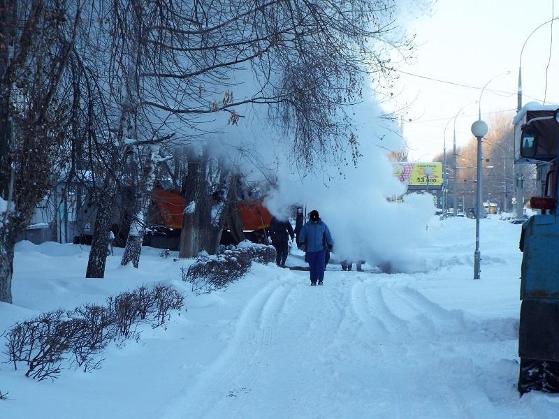 На улице Дзержинского в 10-м квартале возникли проблемы с теплотрассой